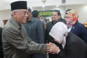 SEBENTAR LAGI. Ridwan Suwidi saat berjabat tangan dengan salah satu anggota DPRD Paser, usai penyampaian usulan pemberhentian secara hormar (Ajang Araya - Hello Borneo)