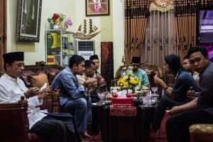 Wakil Bupati Penajam Paser Utara, Mustaqim MZ berbuka puasa bersama awak media setempat (Suherman - Hello Borneo)