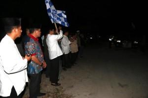 Wakil Bupati Penajam Paser Utara, Mustaqim MZ membuka pawai malam takbir yang diikuti ratusan warga (Suherman - Hello Borneo)