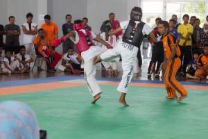 Atlet tarung derajat bertarung di Kejurprov Tarung Derajat Kaltim 2015 yang dgelar di Graha Pemuda Penajam Paser Utara (Suherman - Hello Borneo)