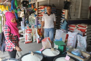 DIUNTUNGKAN. Yusuf salah satu pedagang beras yang merasakan dampak dari kemarau panjang. (Ajang Araya - Hello Borneo)