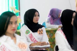 Bidan Karmila saat mengiukuti pemaparan dunia fashion di hotel Kalimantan klometer 8, Kabuoaten Penajam Paser Utara (Suherman - Hello Borneo).