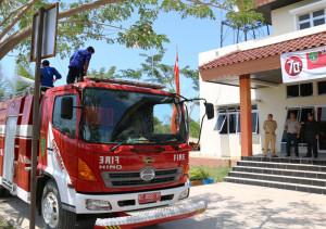 Bupati Penajam Paser Utara, Yusran Aspar sidak ke BPBD mengecek perlengkapan dan kesiapan mobil pemadam kebakaran atau damkar, termasuk kesiapan personil pemadam kebakaran (Subur Periono - Humas Setkab Penajam Paser Utara)