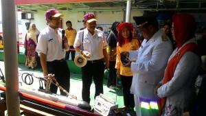 Bupati Yusran Aspar, saat berkunjung ke kapal riset dan teknologi, Baruna Jaya yang bersandar di pelabuhan Buliminung, Kabupaten Penajam Paser Utara (Suherman - Hello Borneo)