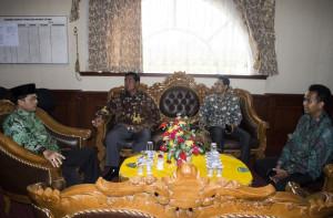 Bupati Penajam Paser Utara, Yusran Aspar (kedua dari kanan) bersma Wakil Bupati Mustaqim MZ (kanan) saat menerima Tim Monitoring Kementerian Kominfo (Suherman - Hello Borneo)