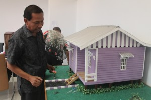SUDAH TEPAT. Kabid Perumahan DInas Ciptakarya Yusran, yang menunjukan Desai RLH yang dimanfaatkan para calok (Ajang Araya - Hello Borneo)