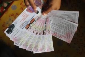 DULUAN. Tiket jalan sehat yang digelar pasangan Bang-Sule, yang terdapat program dan visi-misi mereka. (MR Saputra - Hello Borneo)