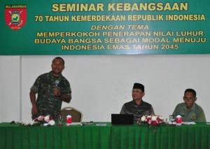 Dandim 0913 Penajam Paser Utara, Letkol Czi Adi Suryanto (kiri) bersama Wakil Bupati Mustaqim MZ (tengah) memberikan materi pada seminar kebangsaan (Dika - Hello Borneo)-