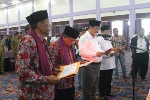 Deklarasi. Pasangan calon, KPU, Panwaslu dan Polres saat menanda tangani deklarasi kampanye damai. (Rapal JKN - Hello Borneo)