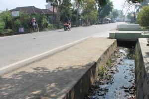 PERBAIKAN. Salah satu bagaian drainase di Jalan Padat Karya yang mengalami sumbatan dan yang akan segera di perbaiki Bina Marga Paser. (MR Saputra - Hello Borneo)