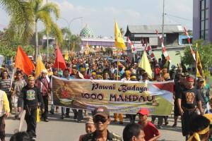 RAMAI. Tak hanya Pawai Budaya dengan mengenakan mandau, Sesampainya di Lapangan Garuda peserta juga disuguhi ribuan atraksi. (Ajang Araya - Hello Borneo)