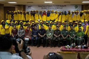 Bupati Penajam Paser Utara, Yusran Aspar foto bersama dengan peserta pelatihan rumput laut (Suherman - Hello Borneo)