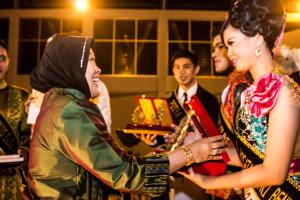 Isteri Wakil Bupati Penajam Paser Utara, Yuli Maghfirah memberikan penghargaan Kepada Pemenang Duta Wisata 2015 (Suherman - Hello Borneo)