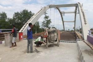 SABAR. Proses pembangunan jembatan Tana Priuk akan segera rampung. Pasalnya tinggal semenisasi jalan jembatan dan sedikit polesan. (Ajang Araya - Hello Borneo)