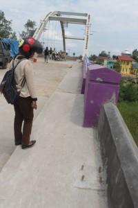 TUNGGU. Kondisi retakan di jembatan Tana Periuk yang sudah terlihat, meski belum digunakan. (Ajang Araya - Hello Borneo)