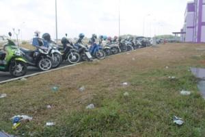 JOROK. Halaman kawasan perkantoran di telaga Unung yang dipenuhi serakan Sampah. (Rapal JKN - Hello Borneo)
