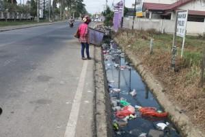 JOROK. Banyak sampah berserakan di drainase, seperti yang terlihat di jalan Gajah Mada, Tana Paser. (Rapal JKN - Hello Borneo)