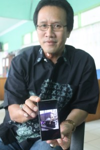 MAKIN PARAH. Kabid Kebersihan DKP Paser Tatang Apdimas, saat memperlihatkan sarana prasaran milik mereka yang sudah rusak (Ajang Araya - Hello Borneo)