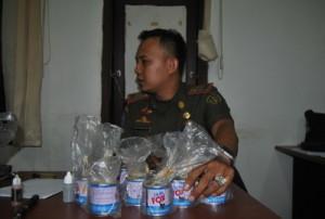 Kepala Seksi Operasional Satpol PP Kabupaten Penajam Paser Utara, Denny Handayansyah memperlihatkan barang bukti (Dika - Heloo Borneo)