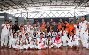 Kontingen tarung derajat Kabupaten Penajam Paser Utara usai pengalungan medali (suherman - Hello Borneo)