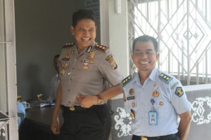 BAHAGIA. Kapolres Paser AKBP Anggie Yulianto Putro bersama Kepala Rutan kelas II B Tana Paser Husni Tamhrin keluar dari salah satu ruangan, usai berbicara dengan salah satu warga binaan rutan. (Ajang Araya - Hello Borneo)
