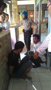 LAGI SIAL. Ibrahim dan Eko saat di Mapolres Paser, usai dibekuk di POM Bensin kilometer 7