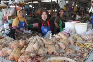 LESU. Pembeli terus menurun, dengan beranjak naiknya harga ayam di pasaran. (Rapal JKN - Hello Borneo)