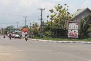 AKAN DITERTIBKAN. Berbagai sepanduk masih memenuhi ruas jalan di kota Tana Paser. (Rapal JKN - Hello Borneo)