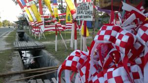 Mendulang rezeki dengan menjual Bendera Merah-Putih dan pernak-pernik perayaan HUT Kemerdekaan RI  (Bagus Purwa - Hello Borneo)
