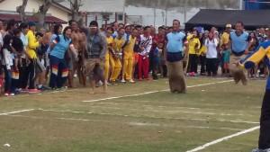 SEMARAK. Salah satu lomba balap karung, yang memeriahkan pegelaran rangkaian acara di Polres Paser. (Rapal JKN - Hello Borneo)