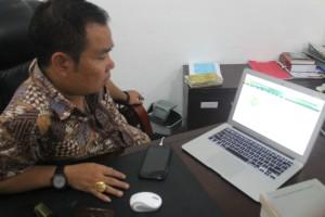 CEPAT. Kepala Pengadilan Negeri (PN) Tana Grogot Agus Hamzah saat menunjukan peta plat PN di Kaltim. (Rapal JKN - Hello Borneo)
