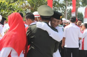 GEMBIRA. Suasana pecahnya tangis haru dari tim Paskibraka Kabupaten Paser, usai pengibaran Sang Merah Putih. (MR Saputra - Hello Borneo)