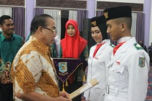 PEMBUBARAN. Wakil Bupati Paser Mardikansyah (kiri) saat memberikan hadiah untuk tim Paskibraka Kabupaten Paser. (MR Saputra - Hello Borneo)