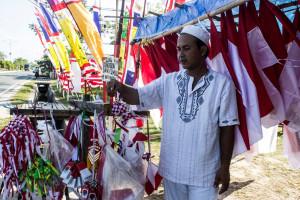 Pedagang bendera Merah Putih dan pernak-pernik HUT Kemerdekaan RI  di Jalan Provinsi Kilometer 4 Penajam (Suherman - Hello Borneo)