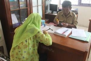 KERJA. Salah satu warga yang ingin membuat kartu kuning di Deknaker Paser. (Apal JKN - Hello Borneo)