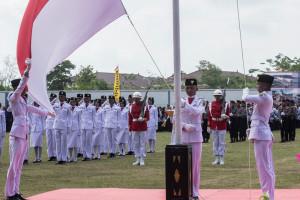 Pengibaran sang saka merah putih pada upacara HUT RI ke-70 di Stadium Utama Penajam, Kabupaten Penajam Paser Utara (Suherman - Hello Borneo)