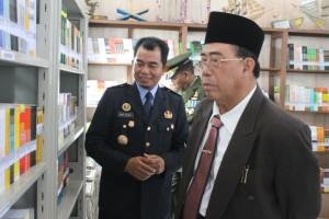 Rombongan Wakil Bupati Paser Mardikansyah (kanan) saat melihat-lihat perpustakaan mini dalam rutan. (MR Saputra - Hello Borneo)