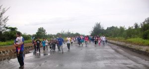 RAMAI. Ratusan warga Kelurahan Nipah-nipah ikuti jalan sehat. (AH Ari B - Hello Borneo)