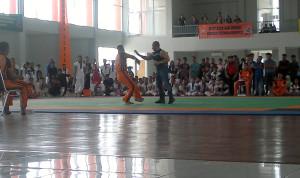 Sang Guru Ahmad Derajat (kanan) saat mengajarkan teknik bela diri tarung derajat kepada atlat di Kejurprov Tarung  Derajat Kaltim 2015 di Penajam Paser Utara (Bagus Purwa - Hello Borneo)