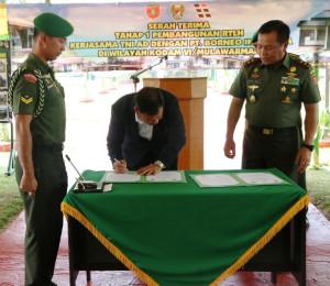 Serah terima bantuan renovasi rumah dinas TNI AD Kodam VI Mulawarman, di Kompi C  Yonif 600 Raider Petung, Kecamatan Penajam (Alpian - Setkab Penajam Paser Utara)