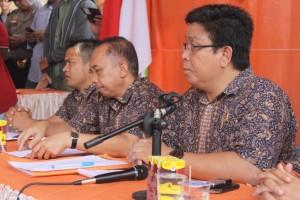 UMUMKAN. Ketua KPU Paser, Eka Yusdar Indrawan (Kana) saat mengumukan batas waktu melengkapi syarat pendafratan calon.(Ajang Araya - Hello Borneo)