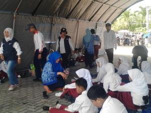 BANYAK. Tim medis saat melakukan evakuasi terhadap siswa yang jatuh pingsan di tengah pelaksaan upacara detik-detik proklamasi. (MR Saputra - Hello Borneo)