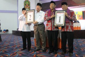 YAKIN. Pasangan calon Bupati dan Wakil Bupati saat mengambil nomor urut yang diundi. (Rapal JKN - Hello Borneo)