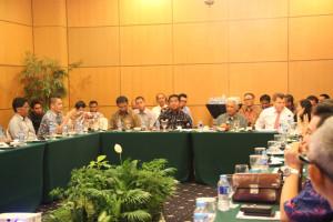 Wakil Ketua DPRD Penajam Paser Utara, Syahruddin M Noor (kiri) bersama Bupati Penajam Paser Utara, Yusran Aspar (ketiga dari kanan) saat mengikuti pertemuan (Iskandar - Humas Setkab Penajam Paser Utara)