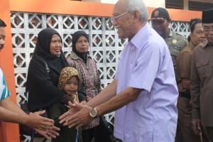 BAHAGIA. Saat Riduwan Suwidi memberikan bantguan PKH kepada warga yang membutuhkan.(Ajang Araya - Hello Borneo)