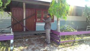 DI PALANG. Gedung lama yang di palang pemilik tanah. (Rapal JKN - Hello Borneo)