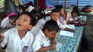 BERDESAKAN. Kondisi belajar mengajar murid SDN 003 Pasir Mayang. (Rapal JKN - Hello Borneo)