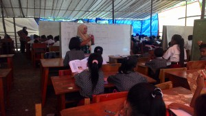 SERIUS. Proses menimba ilmu antara murid dan guru tetap berjalan walau seadanya. (Rapal JKN - Hello Borneo)