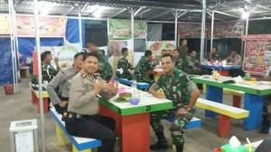 SILAHTURAHMI. Rombongan Polres dan TNI Paser mengelar makan malam bersama, usai patroli bareng. (Rapal JKN - Hello Borneo)