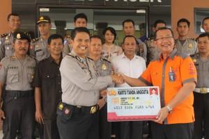 Kapolres Paser terima e-KTA anggota polres. (Rapal JKN - Hello Borneo)